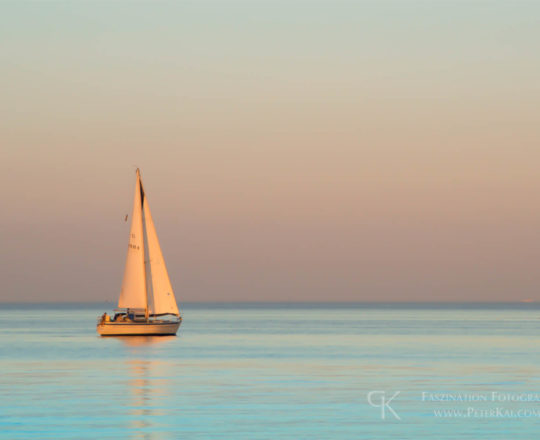 Schleswig-Holstein - Timmendorfer Strand - Ostsee - Segelboot - Abendstimmung - Blaue Stunde