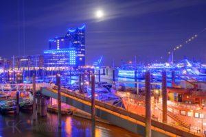 Hamburg - Blue Port 2019 - Elbpromenade - Blick auf das Feuerschiff LV 13 und die Elbphilharmonie